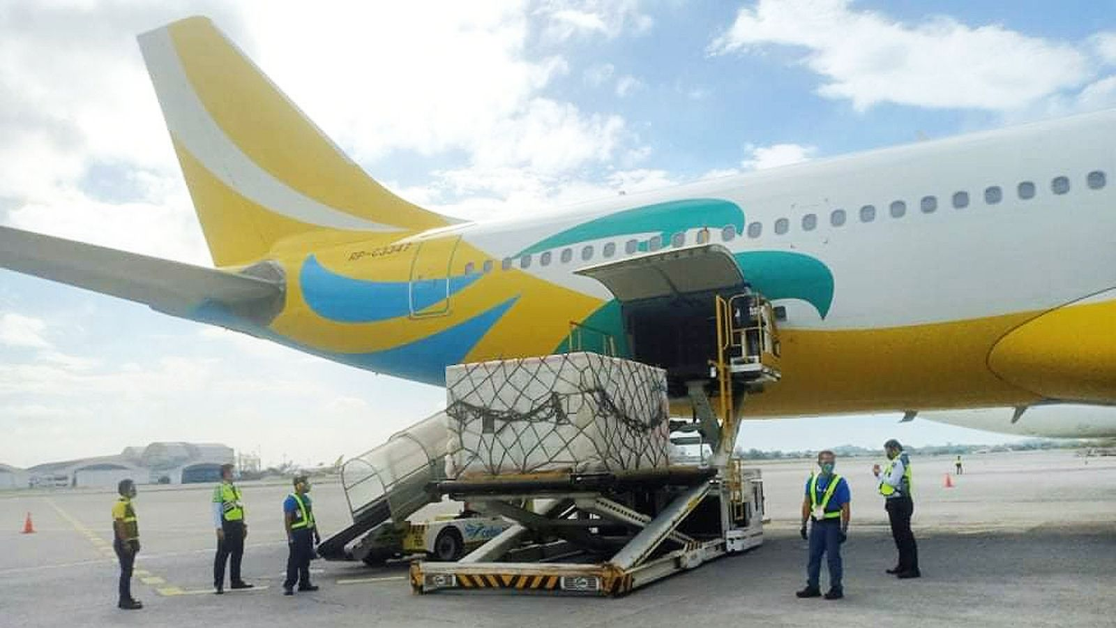 Cebu Pacific Airlifts Vaccines 2